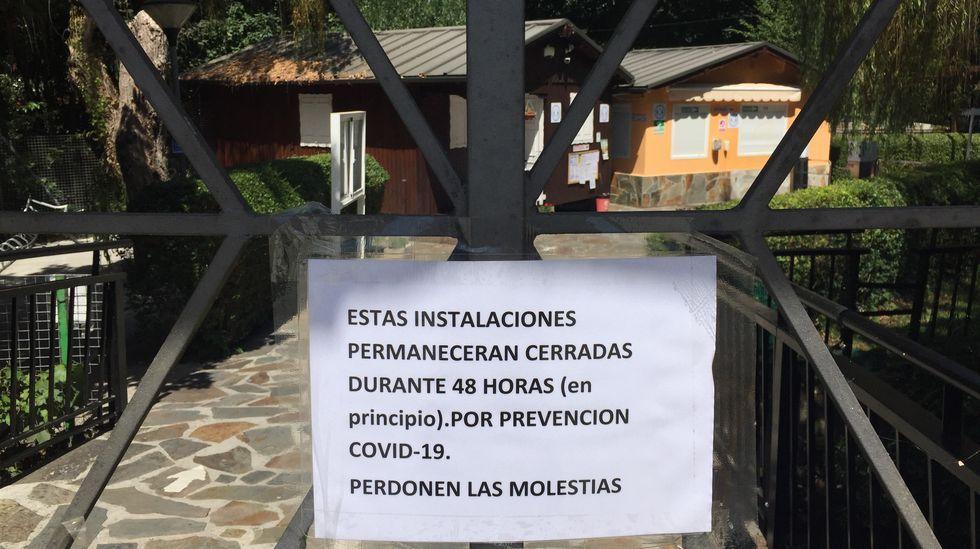 Cartel en la puerta del club fluvial informando del cierre de las instalaciones