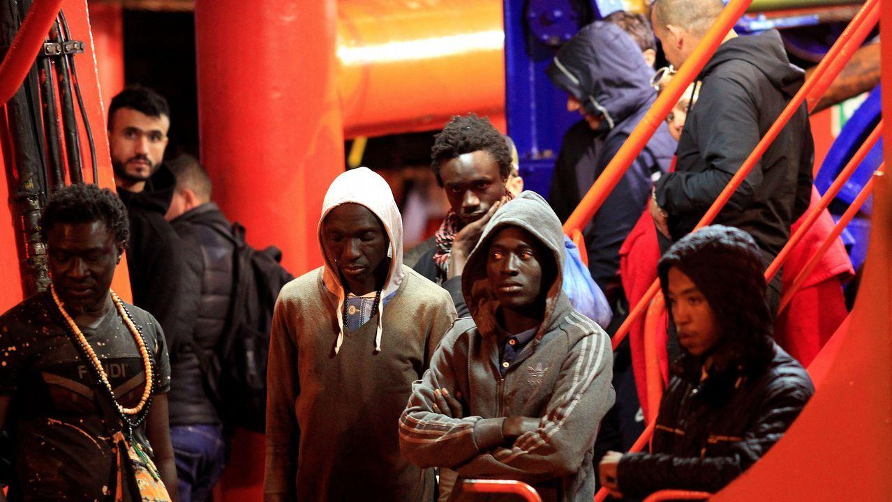 A Laracha entera aplaude el gesto del equipo infantil.Inmigrantes subsaharianos rescatados ayer en el Estrecho