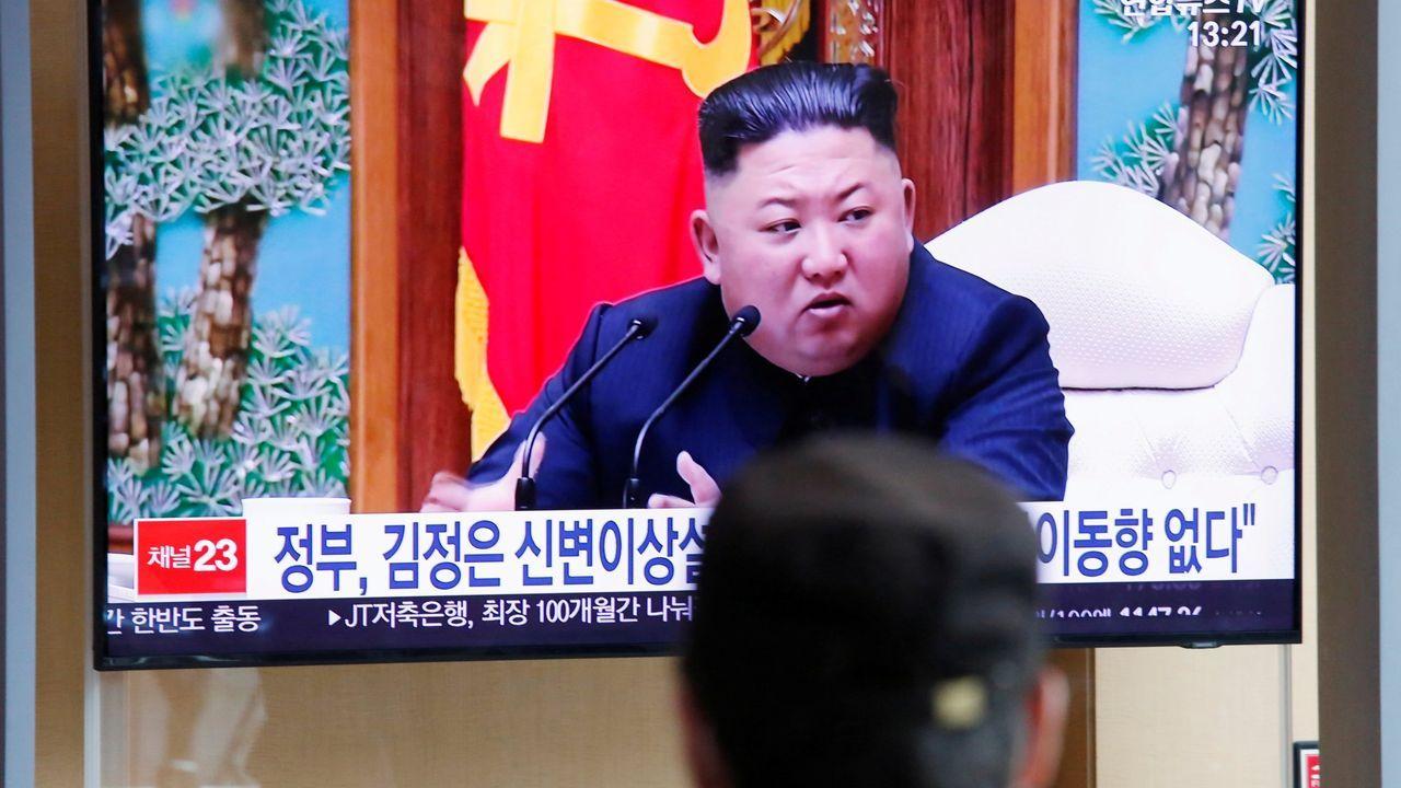 El mundo, entre la desinfección yla nueva cotidianidad.Surcoreanos observan en la televisión una información sobre Kim Jong