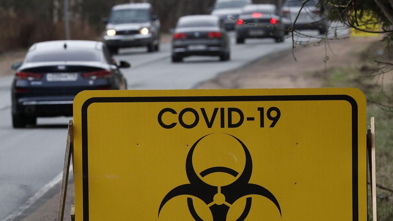 La Comunidad de Madrid se queda a medias en la fase 0,5.Un cartel alerta de la cuarentena por covid-19 en una carretera de la región de San Petersburgo