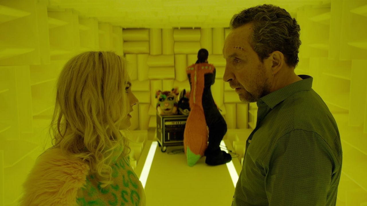 Fotograma de «Feedback» en el que aparece el protagonista, Jarvis Dolan, hablando con su hija, Julia
