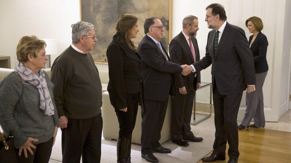 Rajoy y Cospedal saludan a los representantes de la Asociación de Víctimas del Yak-42