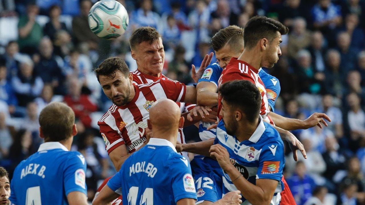 Las mejores imágenes del Deportivo - Almería.Christian Fernández pugna por un esférico con Renato Santos