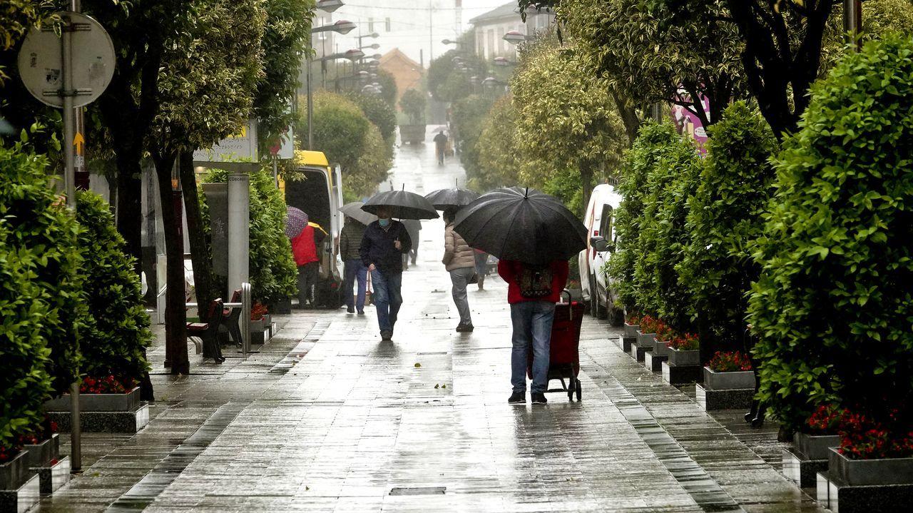 Dos personas pasean por el centro de Avilés