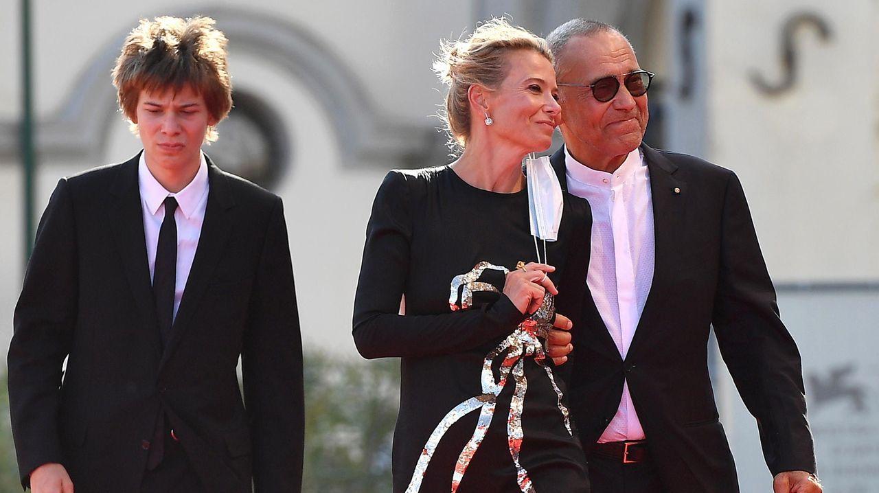 El cineasta Andrei Konchalovski, con su mujer la actriz Julia Vysotskaya y su hijo, a su llegada a la premiere del filme «Dear Comrades»
