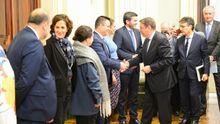 El conselleiro de Medio Rural, José González, saluda al ministro de Agricultura, Luis Planas, antes de la reunión