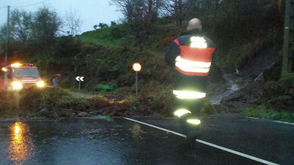 Desprendimiento de tierra en una carretera del municipio ourensano de Avión.