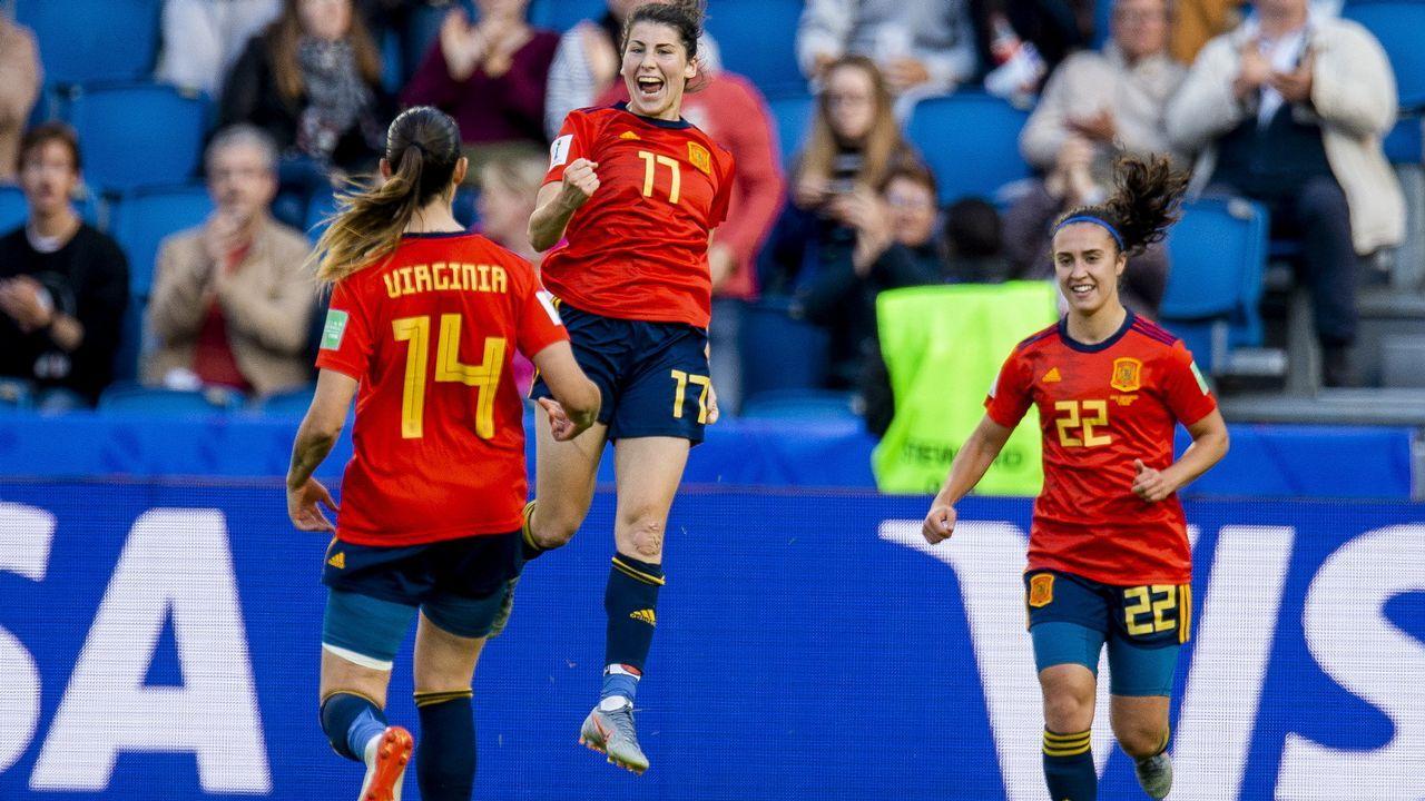 Lucía García celebra un gol de la selección española de fútbol ante Sudáfrica