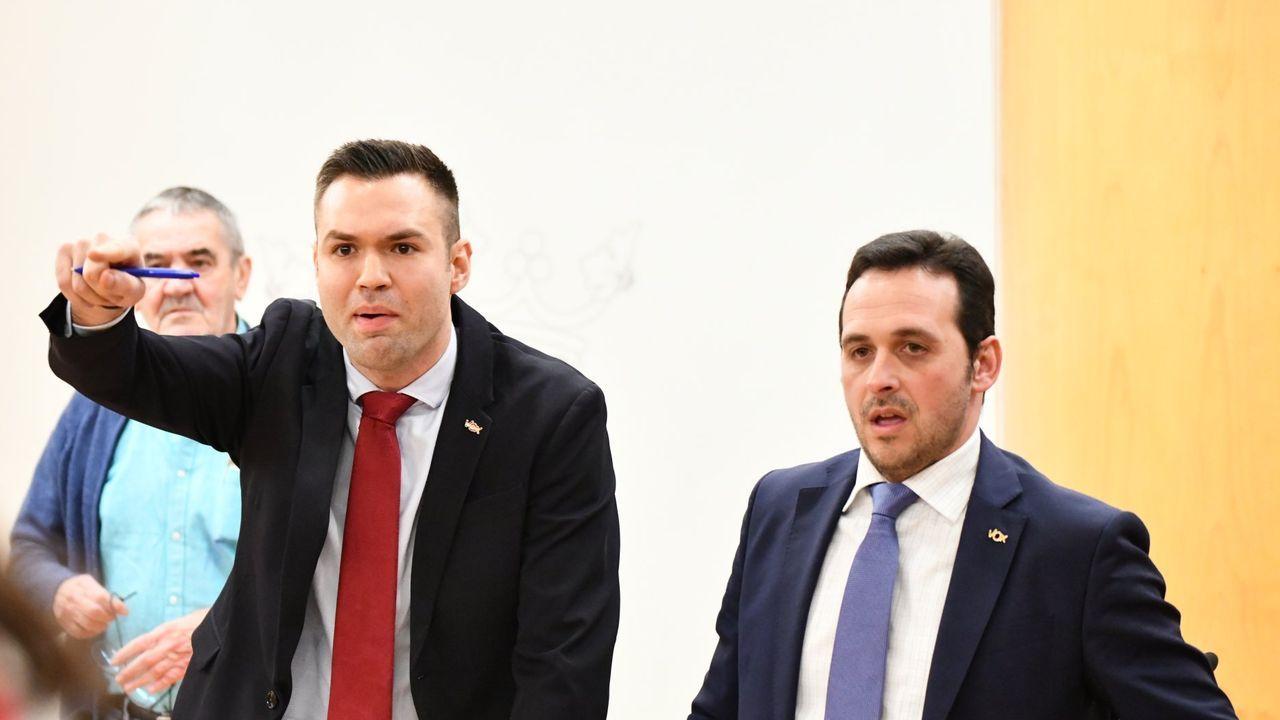 Carlos Verdejo de Voz señalando al diputado Ali, en la Asamblea de Ceuta que ha tenido que ser suspedida  por insultos y amenazas entre diputados por los mensajes de Vox