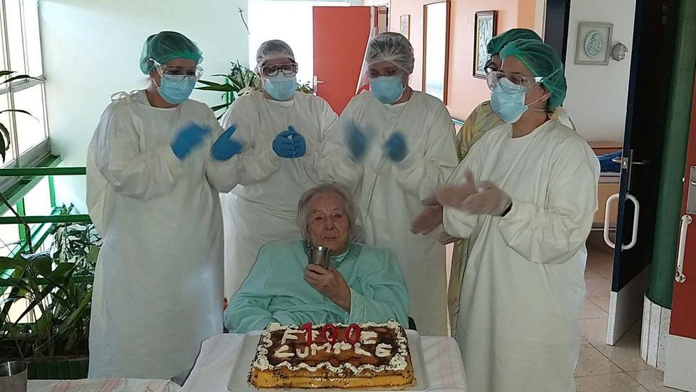 Concha Rodríguez, con la tarta que le prepararon en la residencia Nuestra Señora de la Esperanza