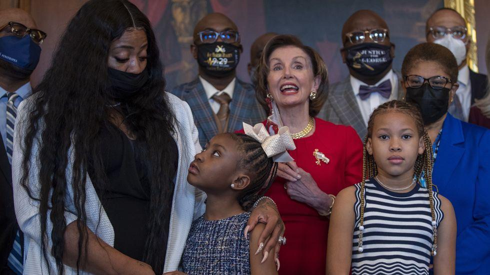 La líder demócrata del Congreso, Nancy Pelosi, durante la recepción a la familia de George Floyd
