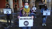 Integrantes de la plataforma Hostelería con Conciencia, hoy, en la plaza Mayor de Gijón