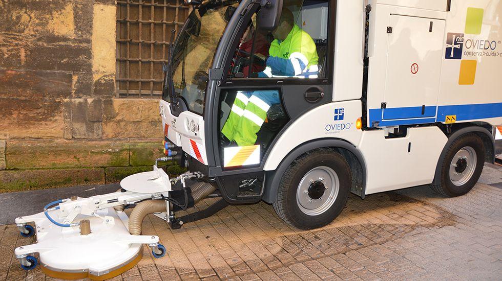 Limpieza de aceras en Oviedo