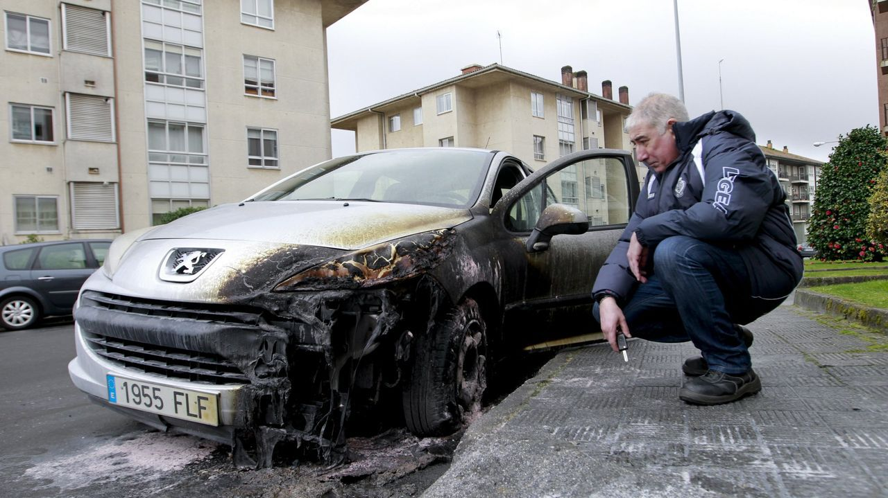 La noche en la que quemaron siete vehículos en Os Tilos.Javier Ardines, concejal de IU en Llanes asesinado en el 2018