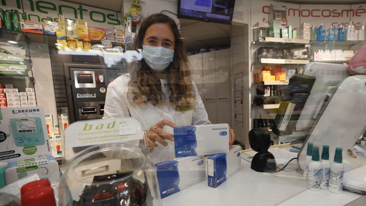 Vídeo de Alcoa.En la farmacia de Sara Varela, en imagen, han recibido hasta hora pocos test de anticuerpos