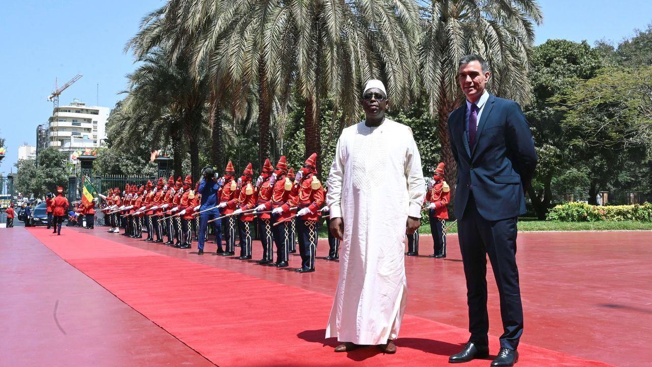 El presidente del Gobierno, Pedro Sánchez, junto al presidente de la República de Senegal, Macky Sall, antes de la reunión que ambos mantuvieron este viernes en  Dakar.