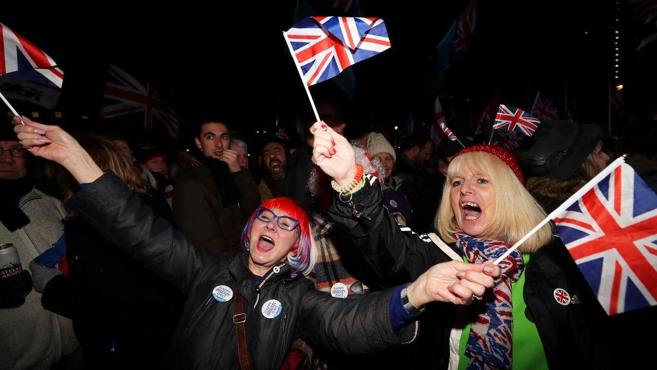 Dos mujeres hondean banderas británicas para celebrar el «brexit»
