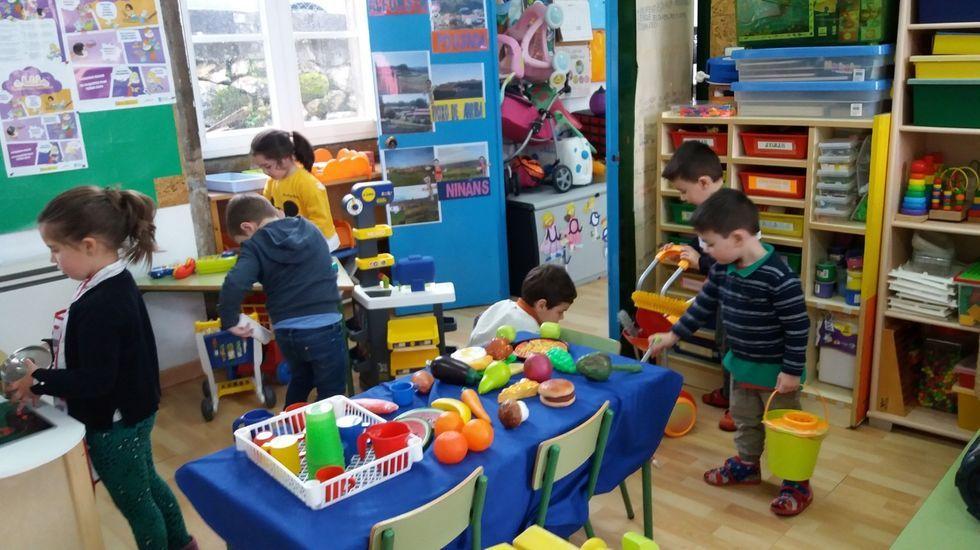 Aula de primero de la ESO en un centro compostelano, el pasado viernes, horas después de anunciar la Xunta la suspensión de la actividad docente y dejar la asistencia de los niños ese día a criterio de los progenitores