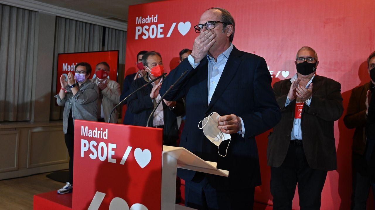 Ángel Gabilondo:«No lo he logrado. Y lo lamento».El presidente del Gobierno, este martes, depositando el voto en su colegio electoral
