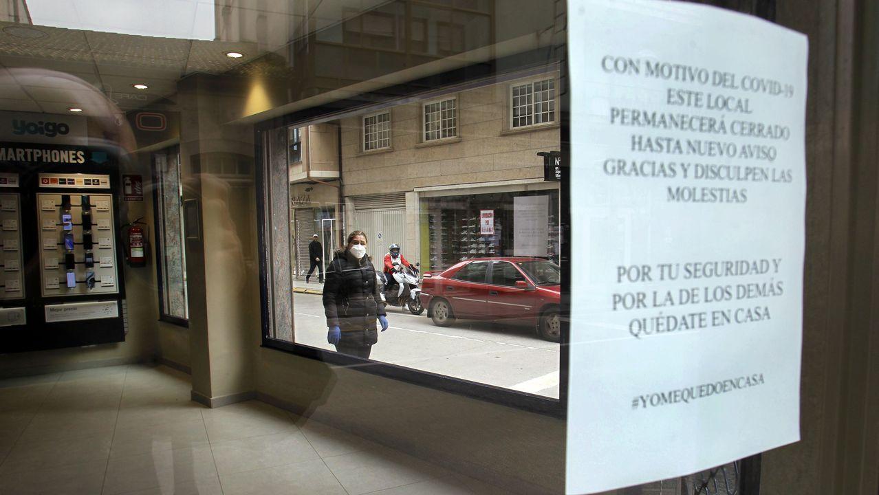 Comercios cerrados con carteles que advierten que seguirán así mientras se prolongue la alerta sanitaria