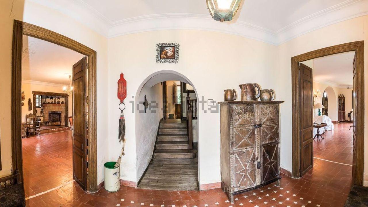 Vestibulo de la casa en San Cucao (Llanera) que vende la familia Franco por cinco millones de euros