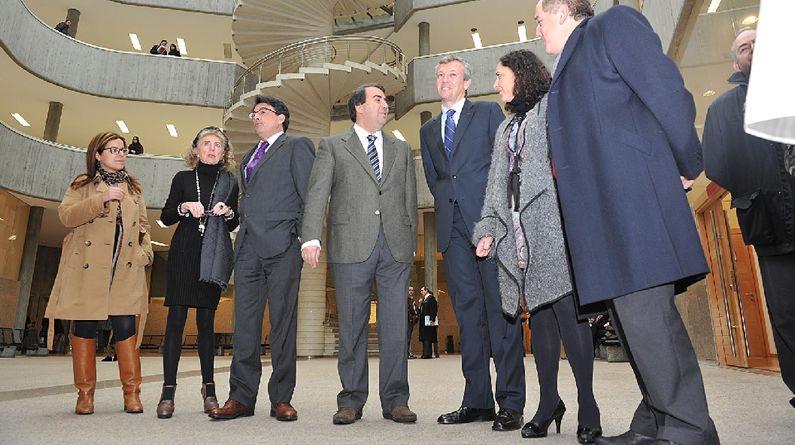 El alcalde y el sonselleiro de Presidencia, entrando en el salón de plenos.