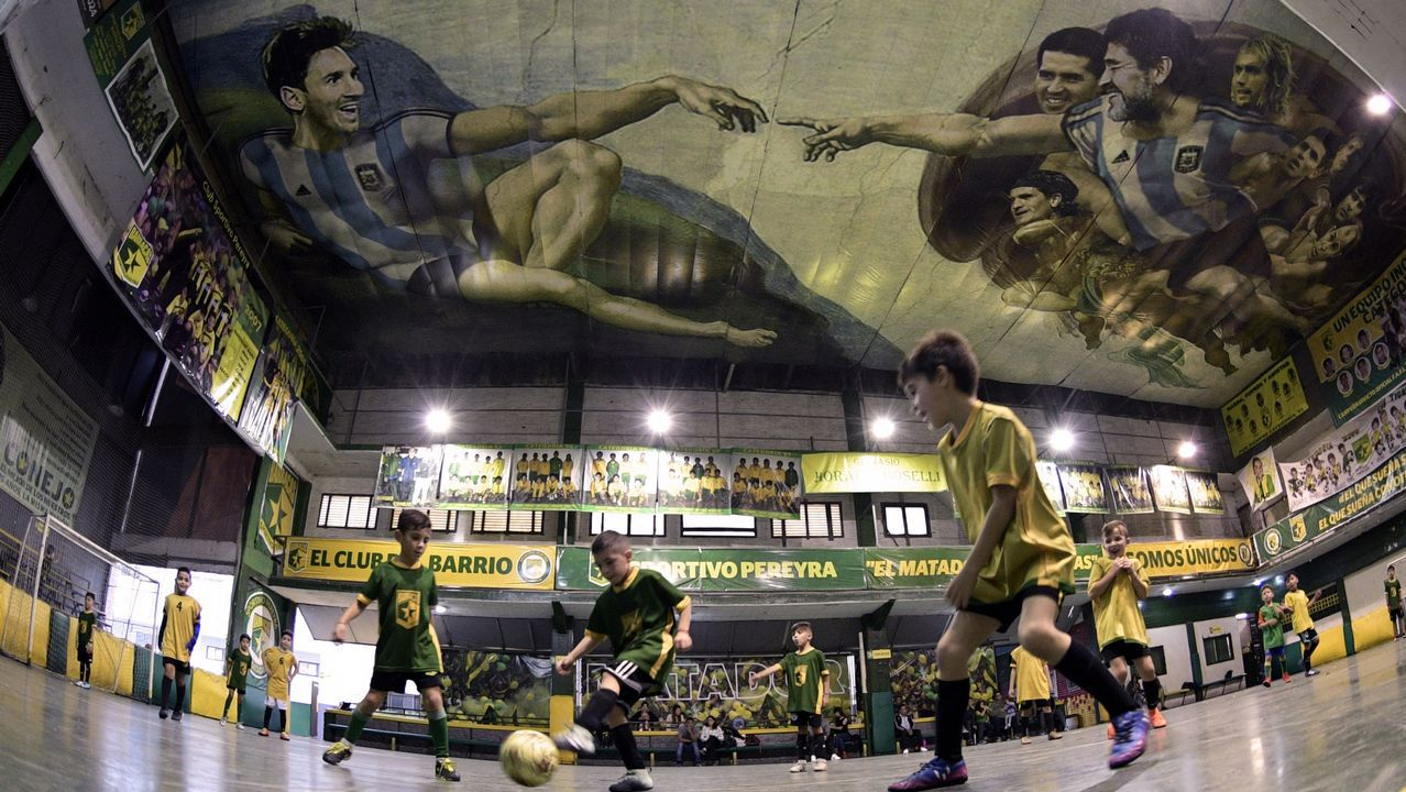 Una pintura con Messi y Maradona emula la 'Creación de Adán', de Miguel Ángel, el Buenos Aires