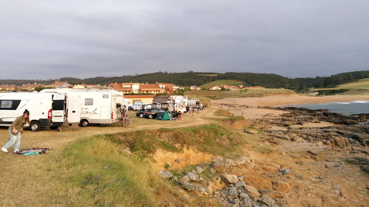 Autocaravanas y furgonetas en la playa de Verdicio, en Gozón