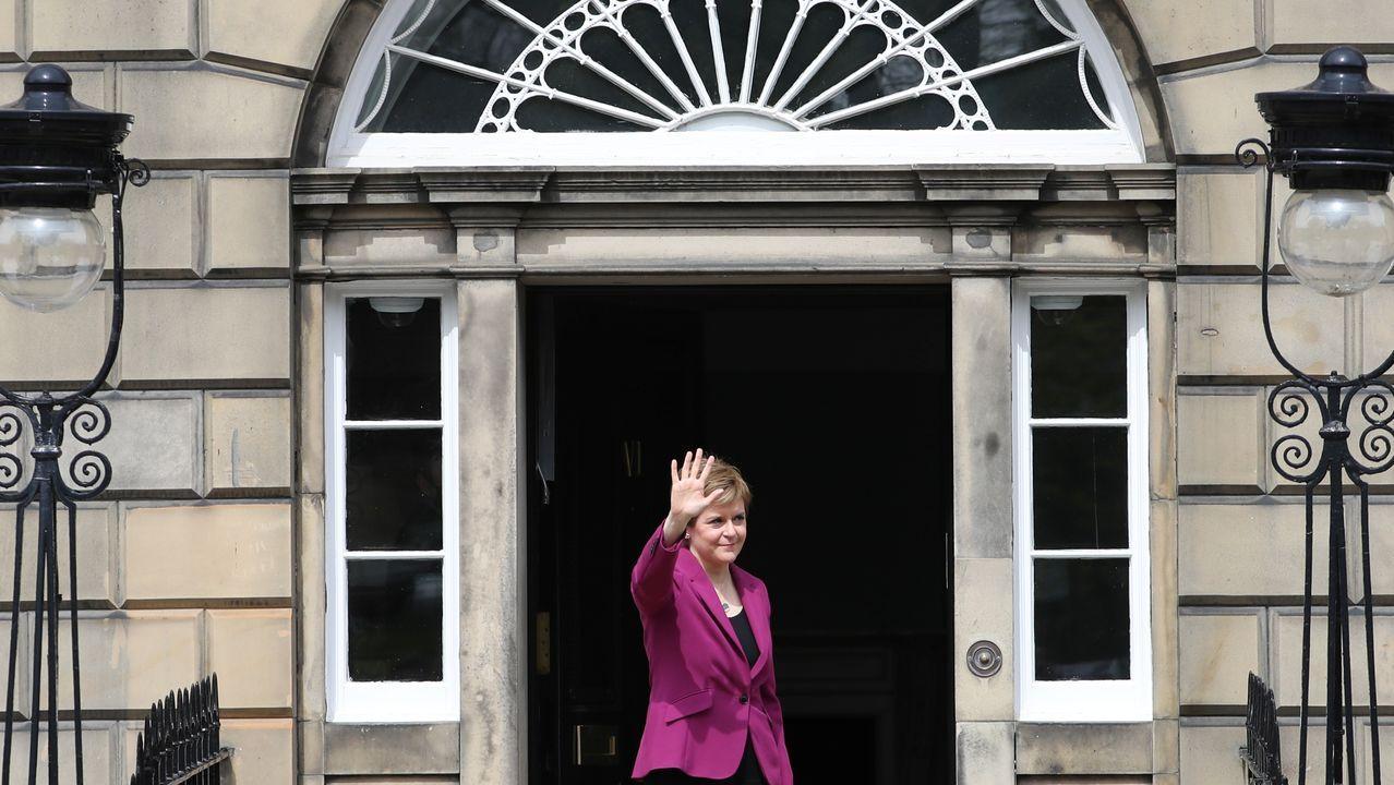 La ministra principal de Escocia, Nicola Sturgeon, saluda a la puerta de su residencia oficial Bute House