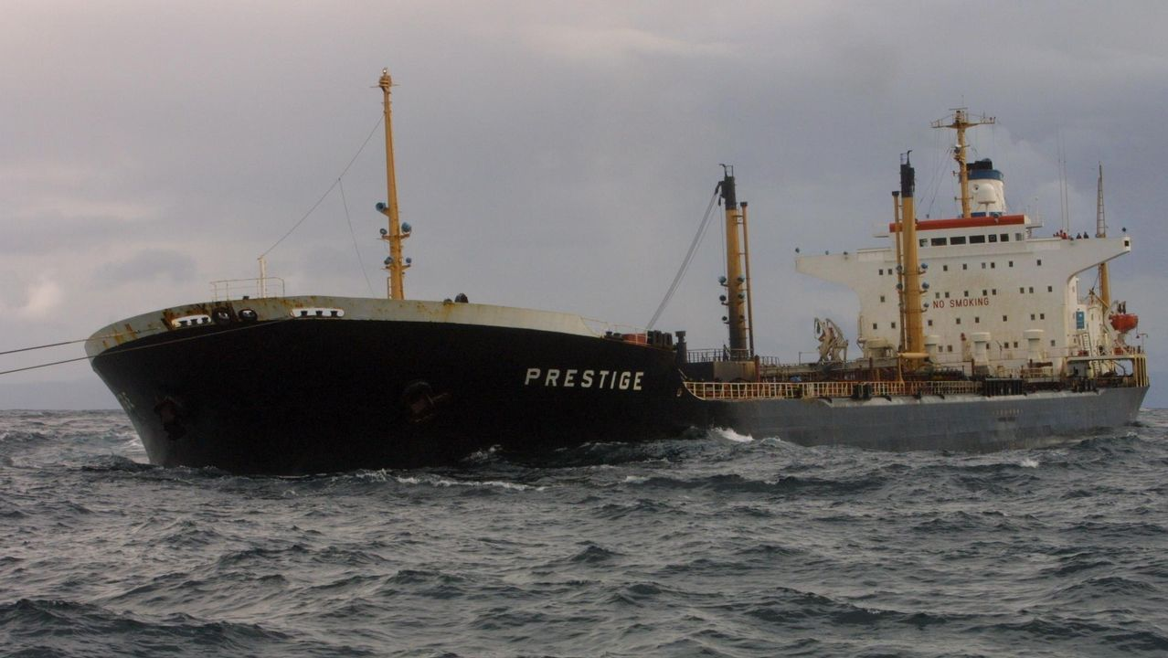 El Prestige, mientras era remolcado mar adentro