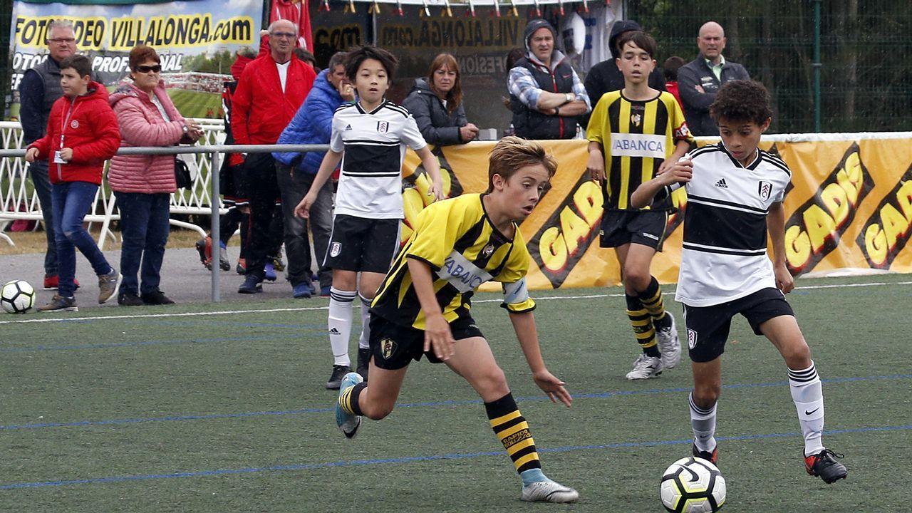 ¡Búscate en el torneo Internacional de fútbol Concello de Rianxo celebrado en el campo de Vilas!.Folch y Bolaño disputan un balón en el Oviedo-Albacete