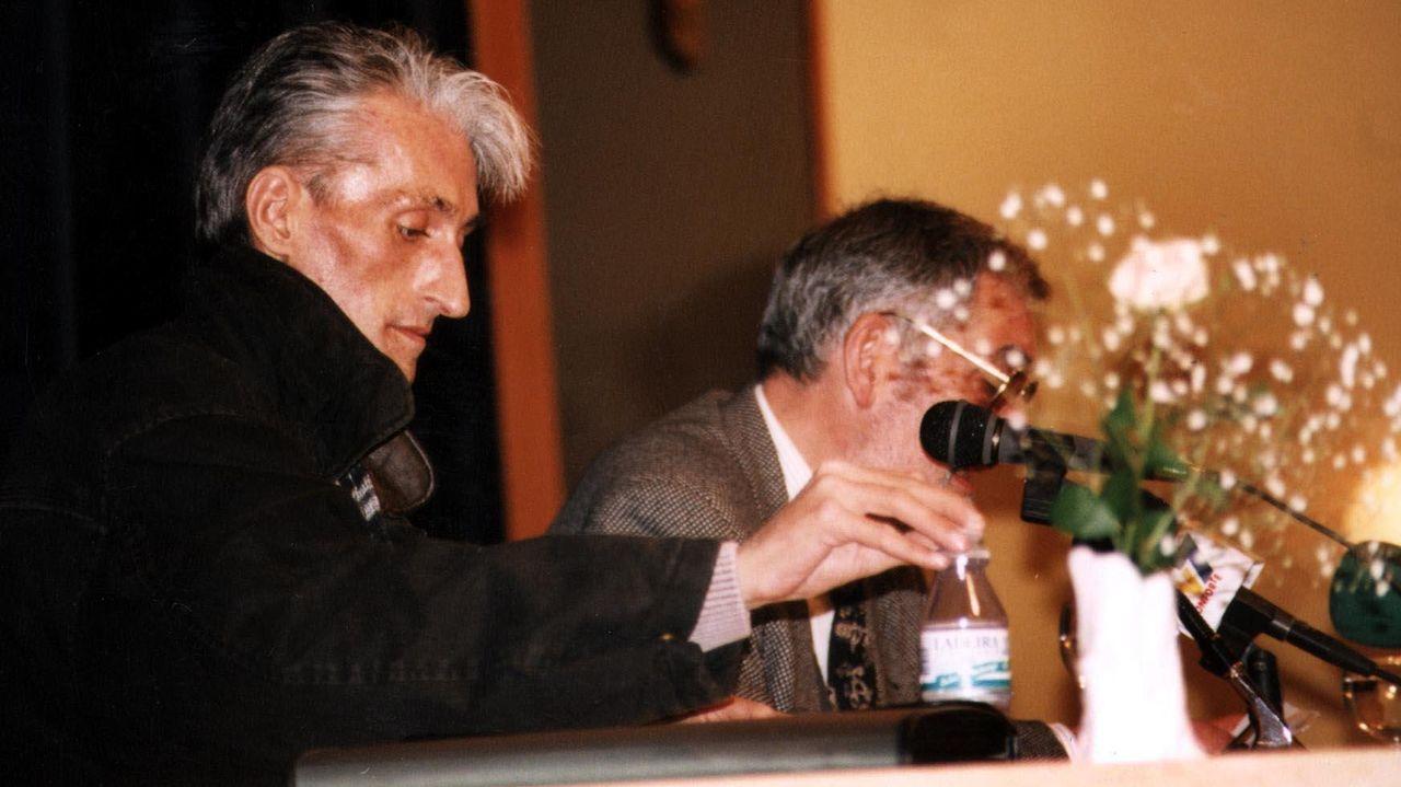 Lois Pereiro, o 3 de abril de 1996, durante un encontro na casa da cultura de Monforte no que presentou o seu libro «Poesía última de amor e enfermidade»; o escritor chairego Manuel María -á dereita- exerceu de anfitrión