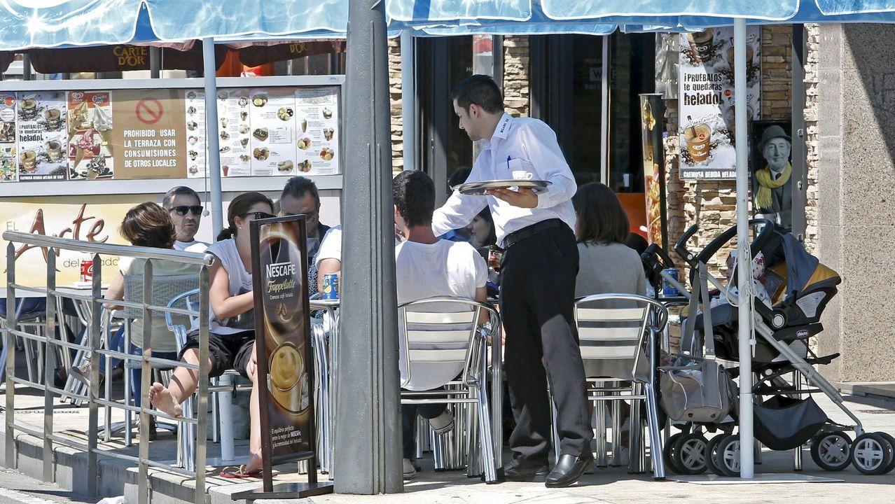 Inditex aumentó sus las ventas electrónicas en un 41% en 2017.Una camarera trabaja en una terraza de Ferrol