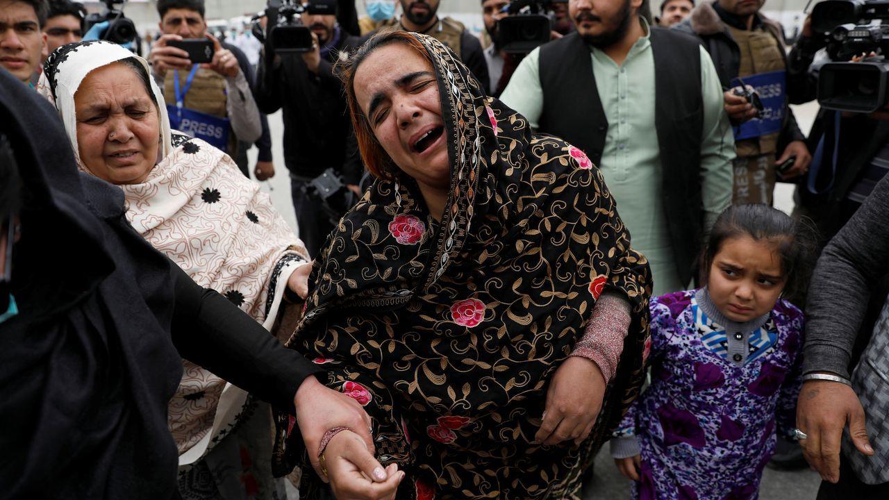 Un mujer sij llora a sus familiares muertos