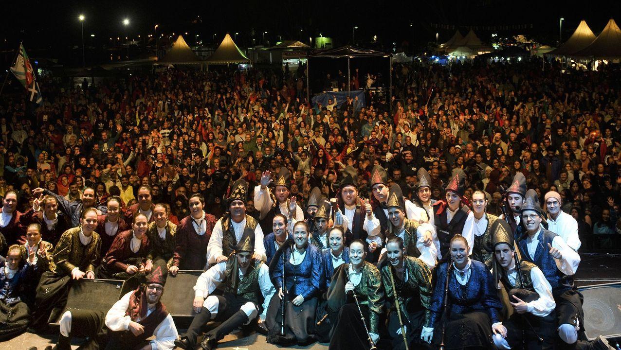 La Escola de Gaitas de Ortigueira, con el público de fondo, en la trigésima edición del festival
