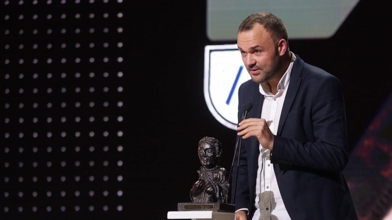 Xacio Baños, recollendo o premio de mellor guion por «Trote», longametraxe que tamén dirixe. Este premio e tamén para Diego Ameixeiras, que non estivo na gala