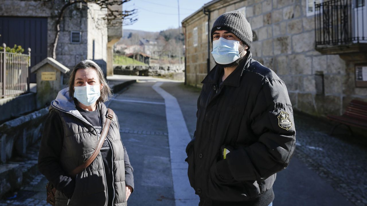 «Que la gente no dude, y se vacune».Eva y David, en O Barrio de Barxés, cree que las reuniones familiares en las que no se respetaron las precauciones, provocaron el contagio masivo en el núcleo