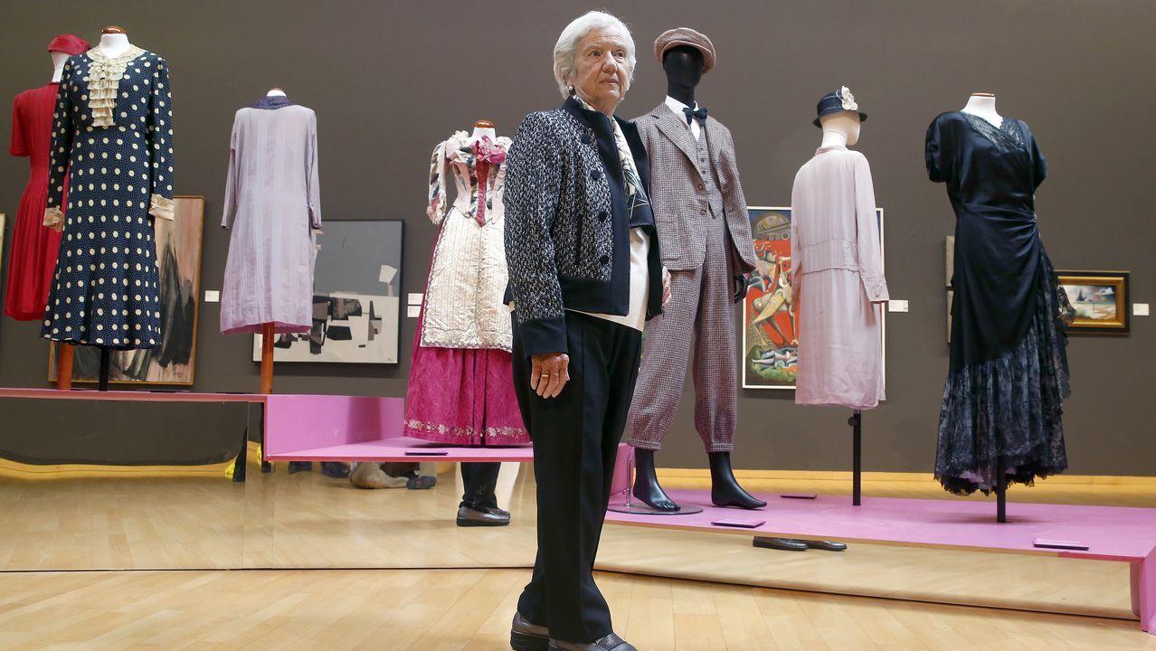 Ana Maria González-Moro, ante su colección de trajes en el Museo de Belas Artes de A Coruña