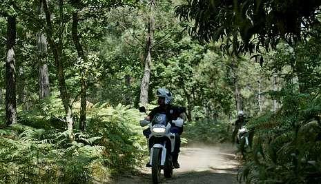 En la imagen, un agente de la Policía Local cuando patrullaba en moto uno de los montes del área de Vigo para prevenir incendios.