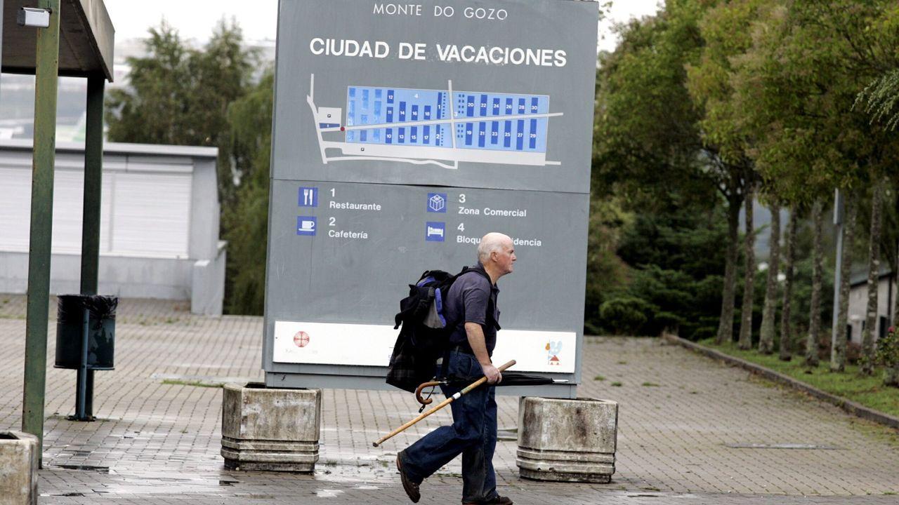 Un peregrino camina por las instalaciones del Monte do Gozo de Santiago