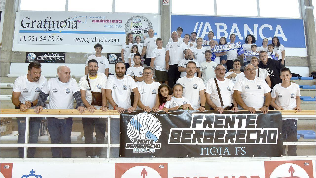 ¡Búscate en la plaza del concello de Ribeira animando a Ana Peleteiro!.Fotografía de archivo de un coche de la Policía Nacional