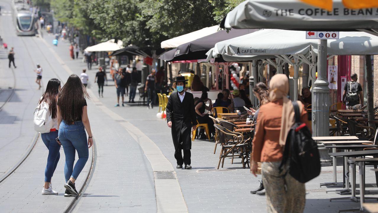 Gente caminando cerca de una cafetería en Jerusalem