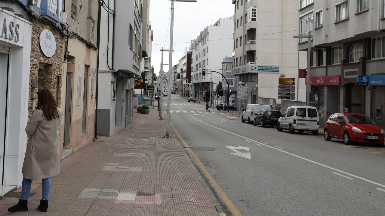 Vista general de la avenida Arcadio Pardiñas, en el centro de Burela