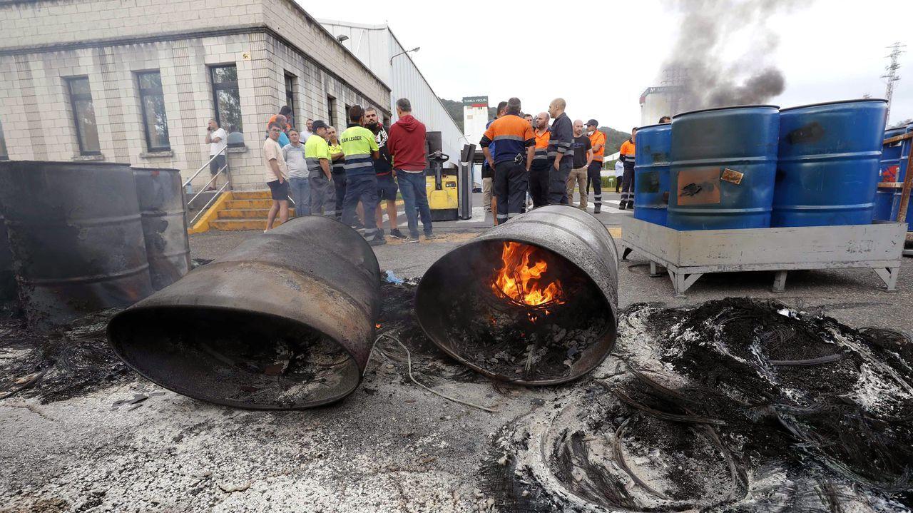 Sube e paro en Galicia en octubre.Trabajadores de la factoría de Vesuvius en Langreo protestan en el interior de la empresa tras el anuncio del cierre