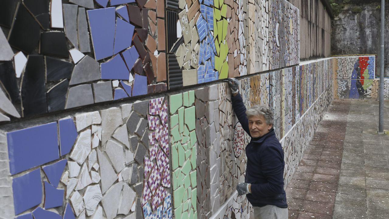 Así crea Xulio los mosaicos.María Jesús Sebio, de Lans, se enfrenta al cambio con una sonrisa: «La goma para las mascarillas triunfa»