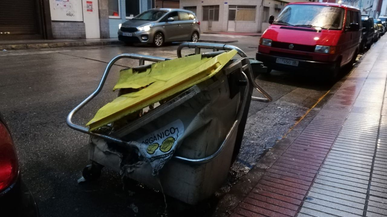 Protección Civil desinfectando centros públicos, como entrada a súper y tiendas de alimentación, en Celanova