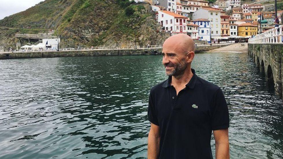 El periodista Antonio Lobato veraneando en Cudillero.