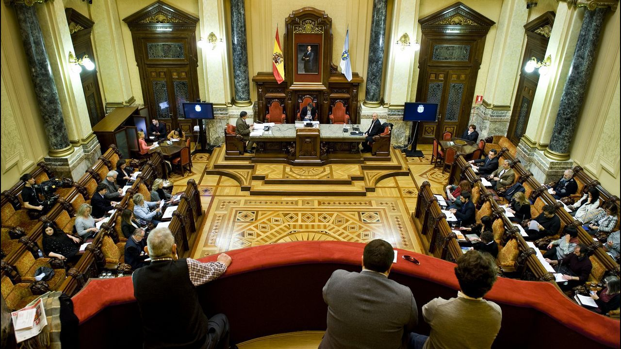 La campaña arranca en A Coruña con polémica sobre los debates.El alcalde de A Coruña, Xulio Ferreiro, en el momento de votar