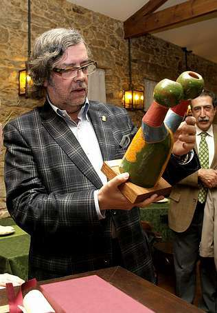 Pernas recibió una escultura de Pérez Porto.