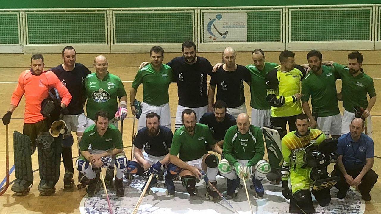 El equipo local, de azul, y el Liceo, tras el encuentro disputado en Ferrol